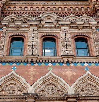 Faible angle de vue d'une église du sauveur sur le sang répandu, saint-pétersbourg, russie