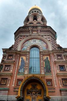 Faible angle de vue de l'église du sauveur sur le sang versé, saint-pétersbourg, russie