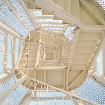 Faible angle de vue d'un escalier métallique qui monte