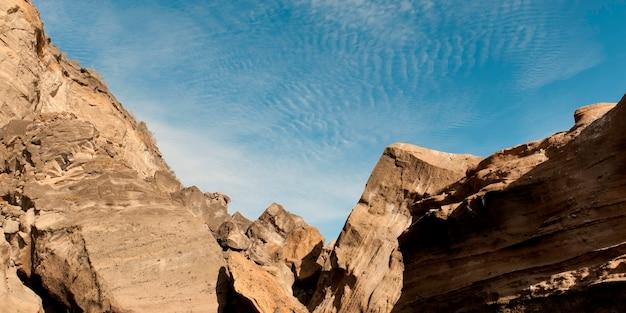Faible angle de vue des formations rocheuses, crique du tage, île isabela, îles galapagos, équateur