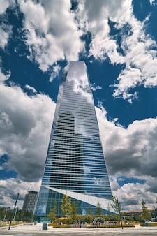 Faible angle de vue de gratte-ciels business center à madrid