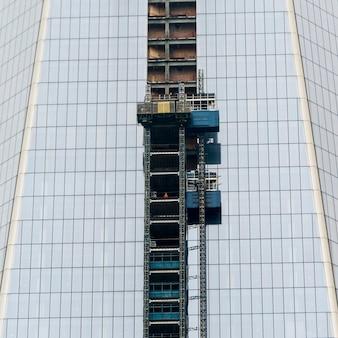 Faible angle de vue d'un immeuble de bureaux moderne, manhattan, new york, état de new york, états-unis