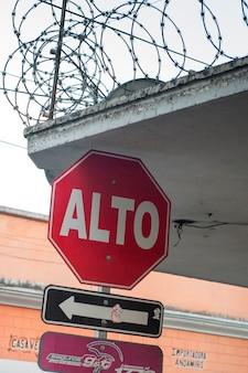 Faible angle de vue d'un panneau d'arrêt, guatemala city, guatemala