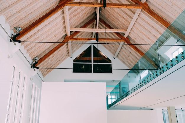 Faible angle de vue d'un plafond en bois dans une maison fraîche avec un intérieur minimaliste moderne