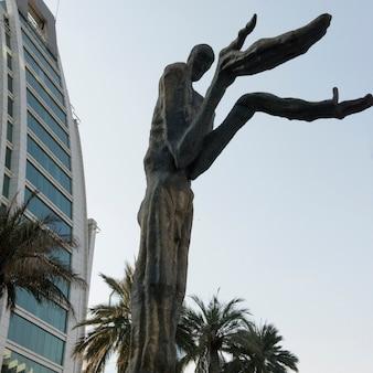 Faible angle de vue d'une sculpture, santiago, région métropolitaine de santiago, chili