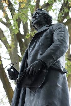 Faible angle de vue de la statue de john a. macdonald, la colline du parlement, ottawa, ontario, canada