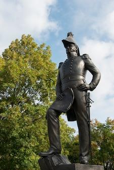 Faible angle de vue d'une statue d'un soldat de l'armée, la colline du parlement, ottawa, ontario, canada