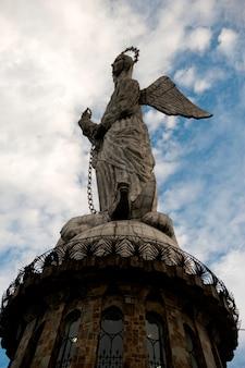 Faible angle de vue de la statue de la vierge marie ailée de quito, colline du panecillo, quito, équateur