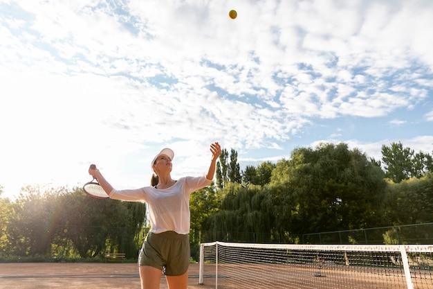 Faible vue, femme, servir, pendant, match tennis
