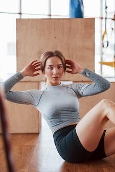 Faire des abdos. jeune femme sportive ont une journée de remise en forme dans la salle de sport au matin