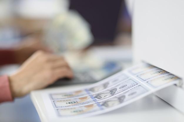 Faire de l'argent contrefait sur le concept de contrefaçon de billets d'imprimante à jet d'encre à domicile