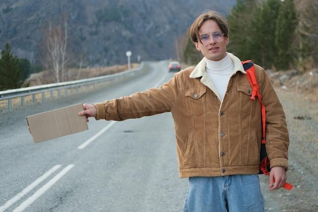 Faire de l'auto-stop dans les montagnes