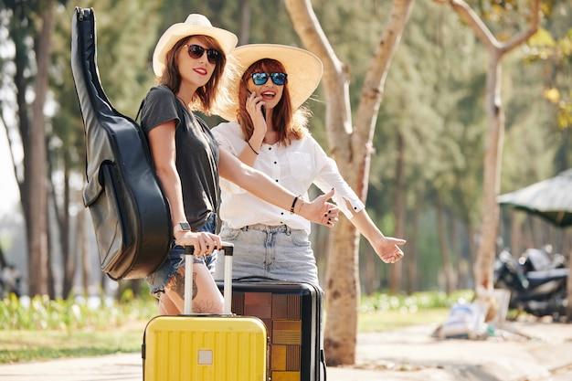 Faire de l'auto-stop de jeunes femmes