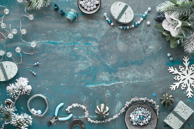 Faire des bijoux faits à la main pour des amis comme cadeaux de noël. mise à plat sur fond texturé sombre avec copie-espace.
