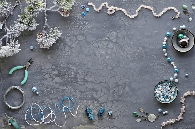 Faire des bijoux faits à la main pour des amis comme cadeaux de noël.