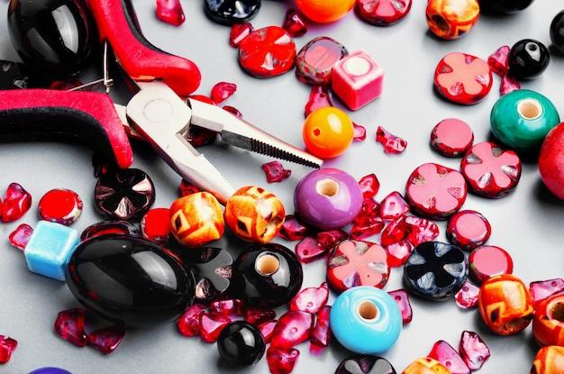 Faire des bijoux avec des perles colorées