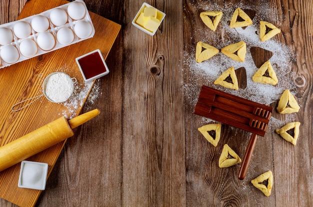 Faire des biscuits juifs hamantaschen avec des ingrédients pour pourim.