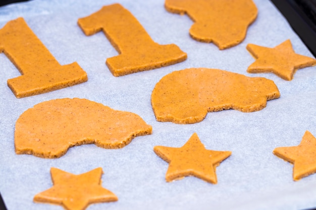 Faire des biscuits de noël faits maison sous différentes formes.