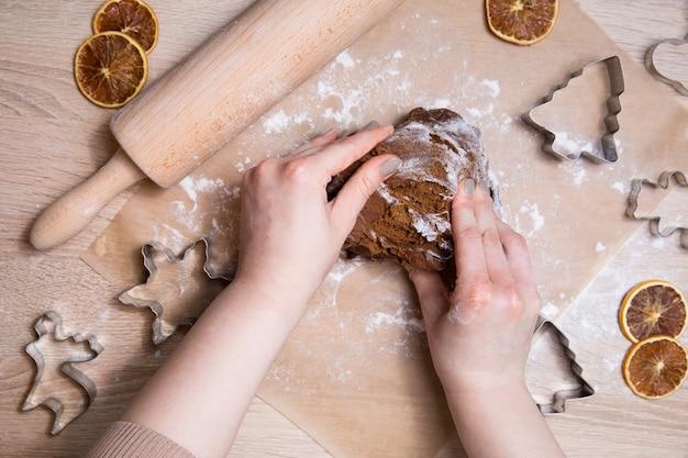 Faire des biscuits de pain d'épice de noël,
