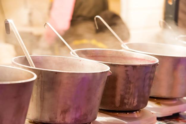 Faire bouillir des chaudrons ou de grandes marmites lors du festival de la cuisine de rue