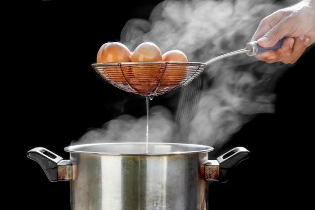 Faire bouillir des œufs dans un pot en acier inoxydable