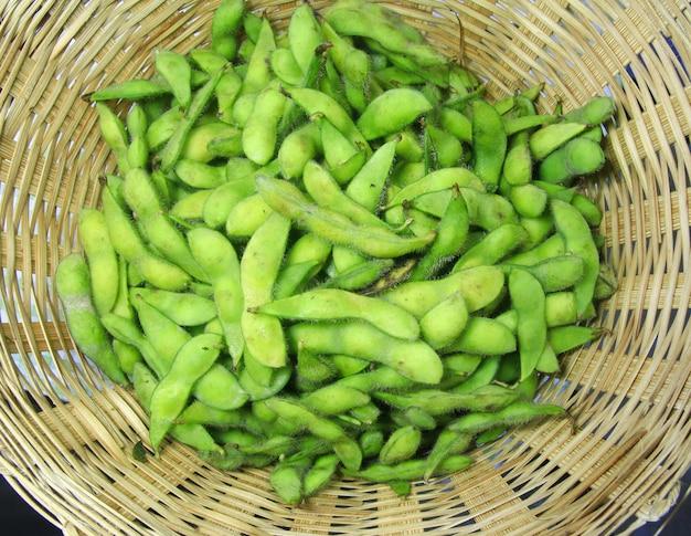 Faire bouillir le soja dans un panier en bois