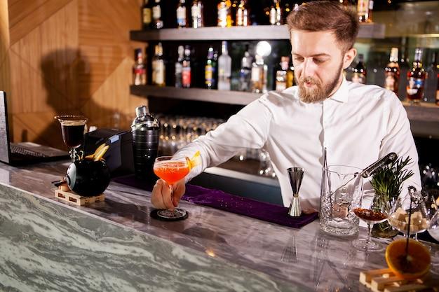 Faire un cocktail au comptoir du bar. cocktail frais