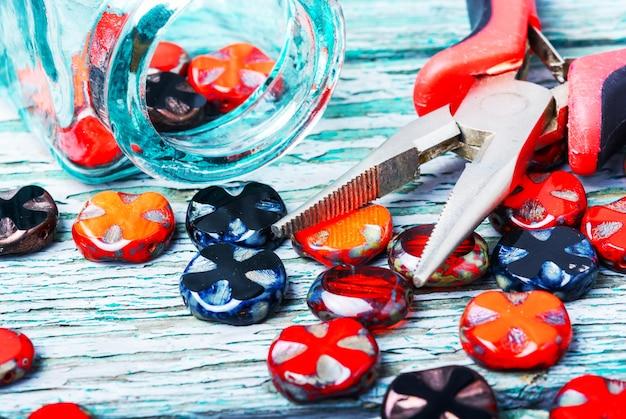 Faire des colliers de perles de verre.