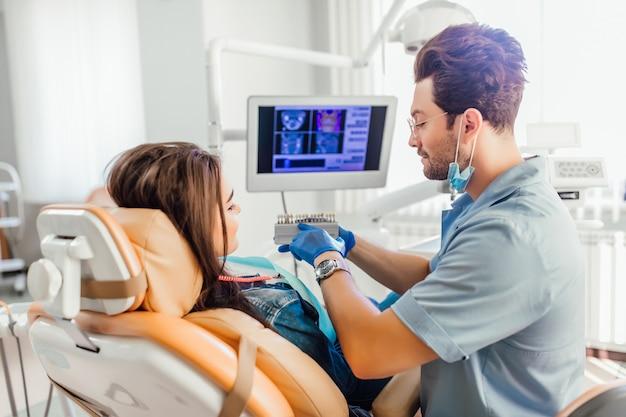 Faire correspondre les teintes des implants ou le processus de blanchiment des dents.