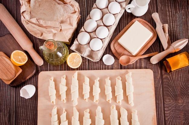 Faire des croissants à la maison roule la pâte en rouleaux pour une cuisson ultérieure
