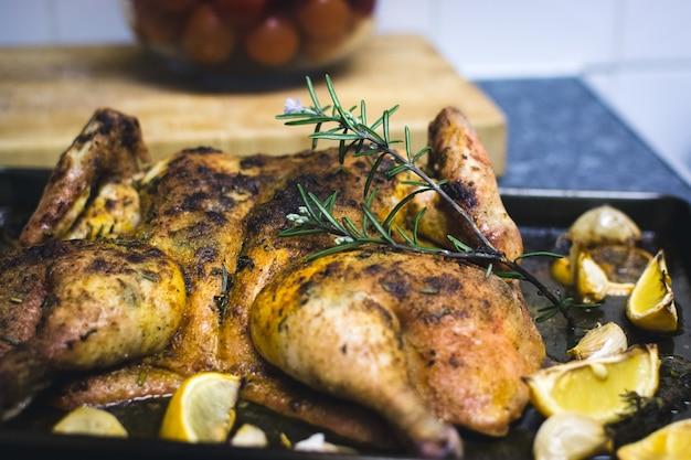 Faire cuire du poulet entier au citron et aux tomates cerises