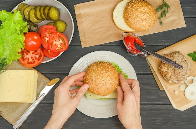 Faire cuire un hamburger étape par étape, étape 10 - mettre le dessus du pain sur le hamburger