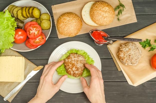Faire cuire un hamburger étape par étape, étape 5 - mettre la côtelette sur une feuille de laitue