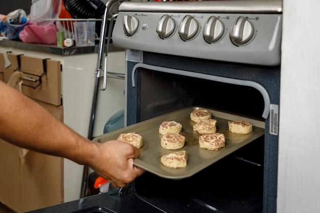 Faire cuire à la maison mettre un plateau avec des biscuits au four de la cuisinière pour faire cuire une crêpe