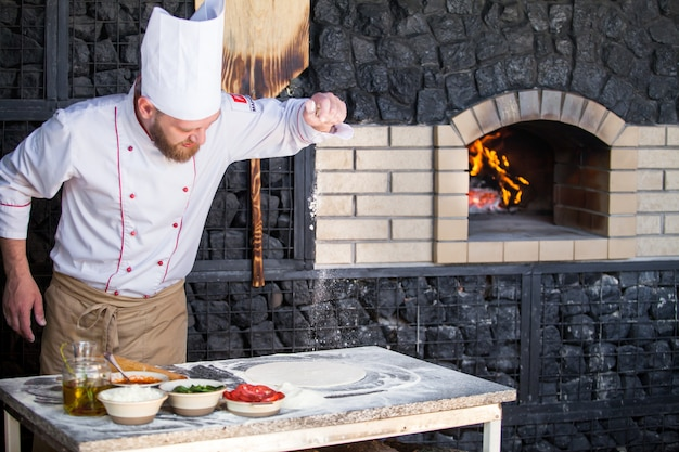 Faire cuire la pizza dans un restaurant.