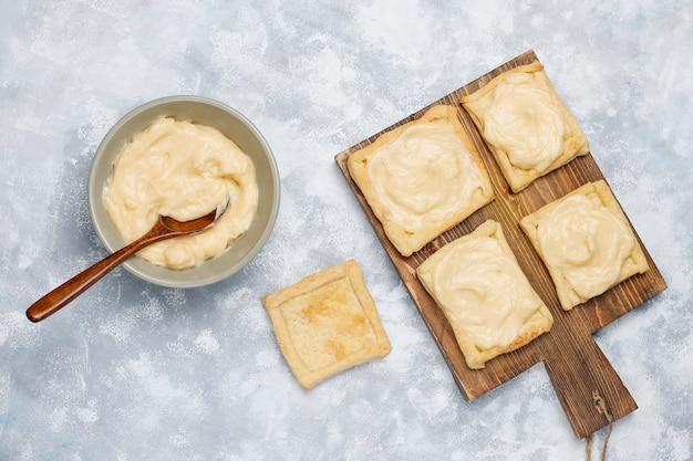 Faire une délicieuse pâte feuilletée avec de la crème épaisse sur le béton, vue de dessus