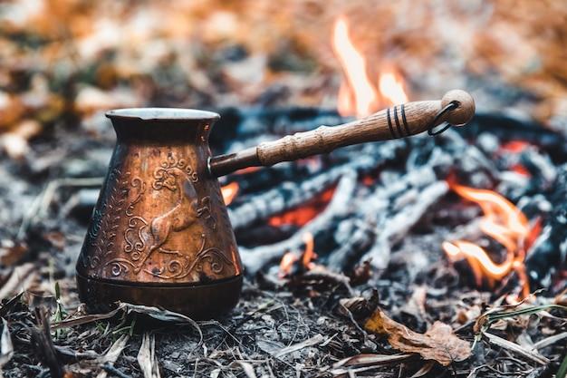 Faire du café sur le bûcher