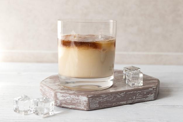 Faire du café froid, ajouter de la crème au café glacé
