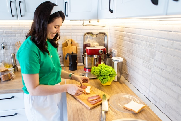 Faire du jambon en tranches de sandwich sur un espace de copie de planche à découper