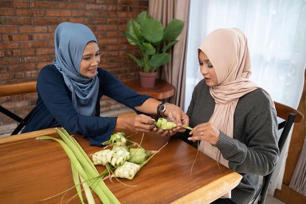 Faire du ketupat une cuisine traditionnelle indonésienne ensemble