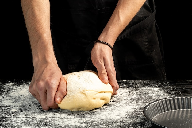 Faire du pain maison. instruction étape par étape. le cuisinier façonne la pâte