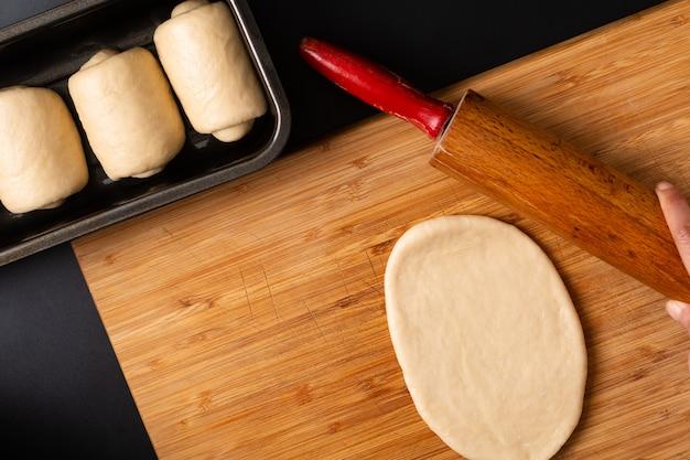 Faire du pain de pain de lait doux maison bio dans un moule à pain sur une planche en bois avec espace de copie