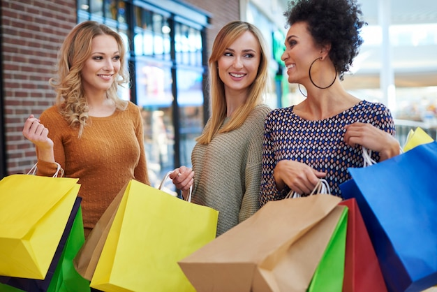 Faire du shopping avec des amis est toujours génial