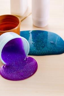 Faire du slime vous-même. ingrédients pour faire du slime brillant et scintillant à la maison.