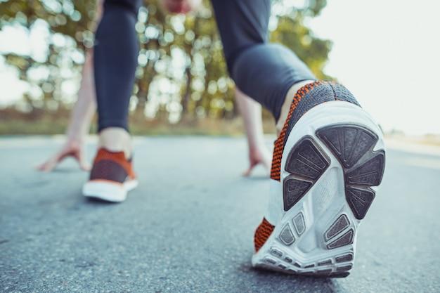 Faire du sport. coureur d'homme sprintant en plein air dans une nature pittoresque. monter la piste d'entraînement d'athlète masculin musclé en cours d'exécution pour la course de marathon.