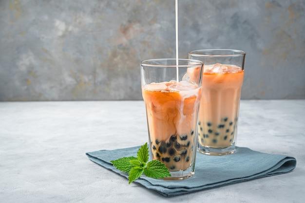 Faire du thé avec du tapioca, du thé à bulles sur un mur gris. vue latérale, copiez l'espace.