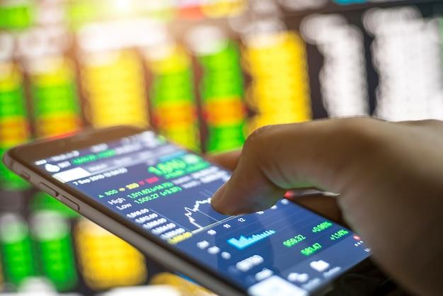 Faire du trading en ligne sur le smartphone. de nouvelles façons de faire de l'économie et du commerce