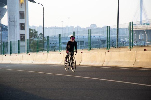 Faire du vélo aux premiers rayons du soleil