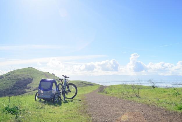 Faire du vélo dans les collines avec remorque pour enfants