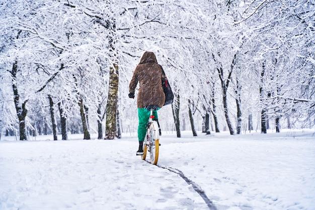 Faire du vélo dans un parc enneigé